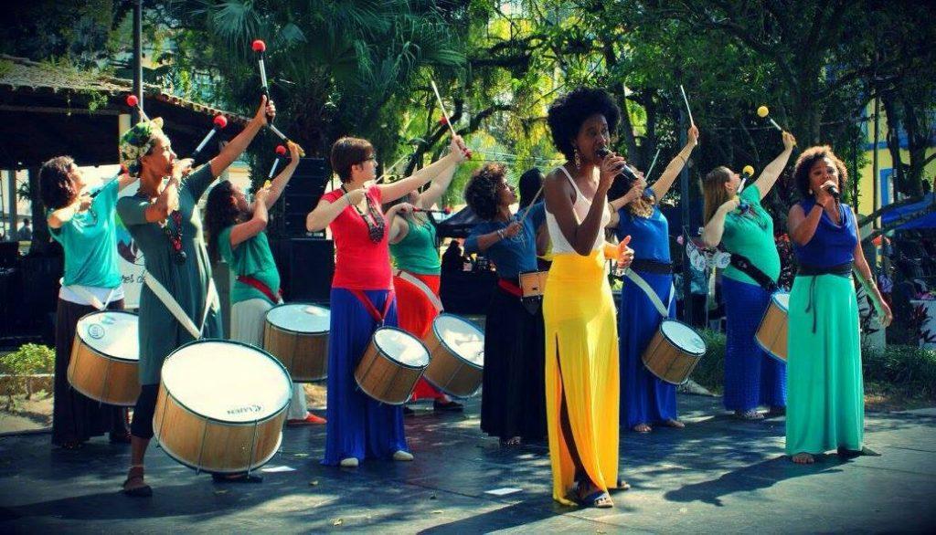 A banda Cores de Aidê se apresenta nas ruas de Florianópolis