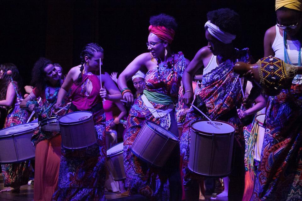 A banda conta com mulheres de diferentes etnias, idades e vivências