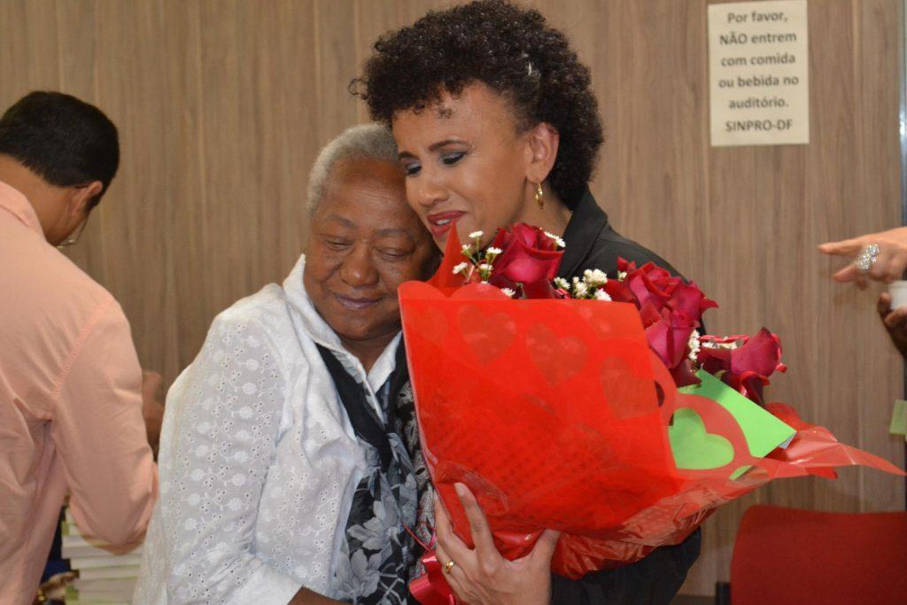 Anos mais tarde, Creusa é homenageada por Gina como mulher inspiradora