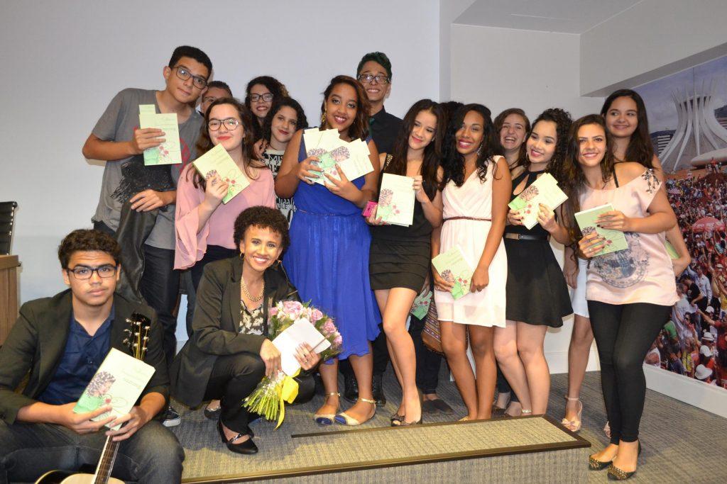 Gina e seus alunos no lançamento do livro que conta as histórias das mulheres inspiradoras de suas vidas