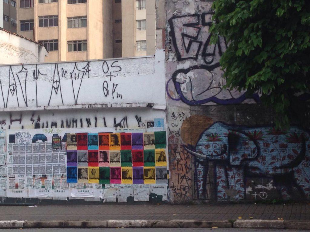Muro com lambes da Feminicidade em São Paulo