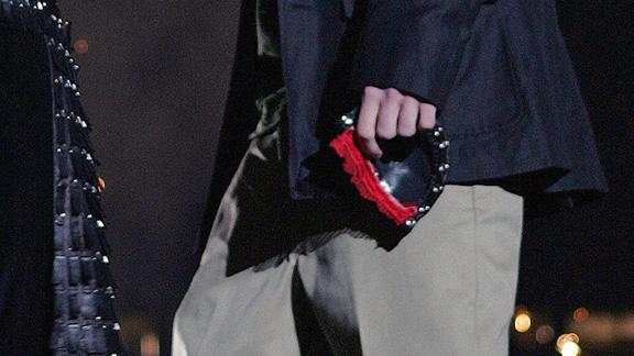 Justin Timberlake segurao pedaço da roupa que arrancou durante a performance no Superbowl - mas foi Janet quem pagou o preço(AP Photo/David Drapkin via ESPN)[/caption]